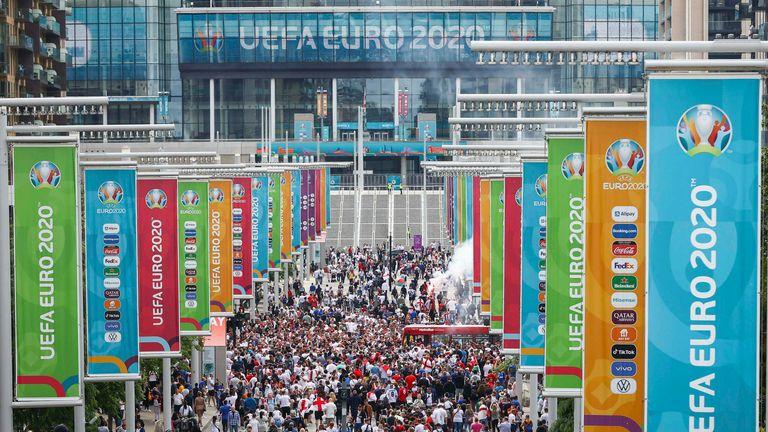 Los problemas entre los aficionados se produjeron fuera de Wembley cuando Inglaterra fue derrotada en los penales por Italia en la final de la Eurocopa 2020.
