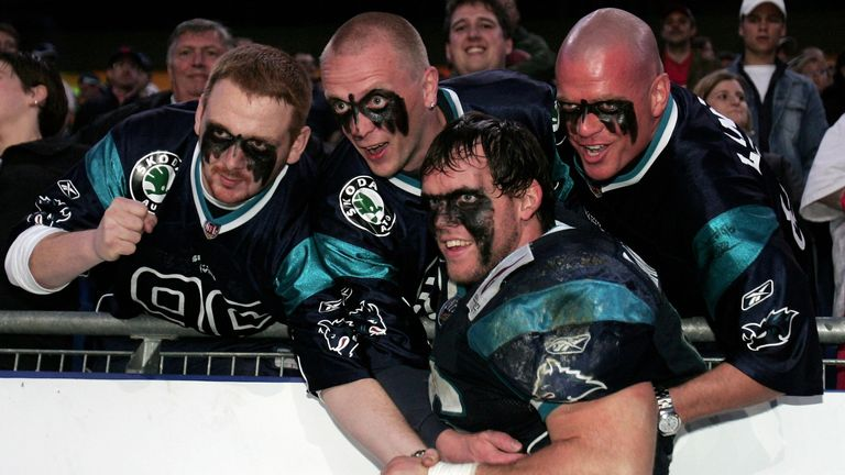 Sasha Lancaster of the Hamburg Sea Devils poses with supporters in 2005. (Photo by Martin Rose/Bongarts/Getty Images)