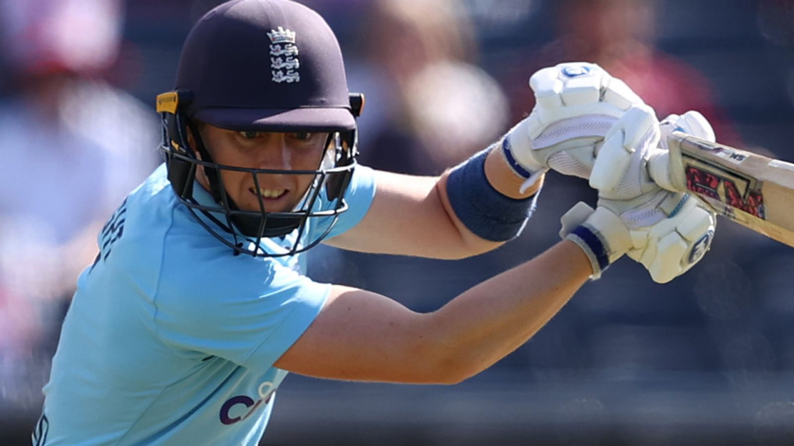 Heather Knight top-scores to lead England to victory over New Zealand in first ODI at Bristol