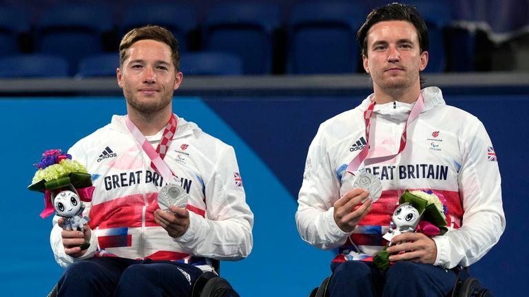 De Brit Alfie Hewitt (links) en Gordon Reed leden een dramatische nederlaag in drie sets in het dubbelspel in Tokio.
