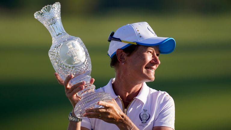 La capitana de Europa, Catriona Matthew, sostiene el trofeo de la Copa Solheim