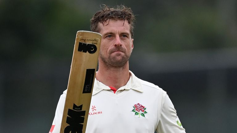 Dane Vilas played a captain's knock to take Lancashire to a nerve-jangling one-wicket win