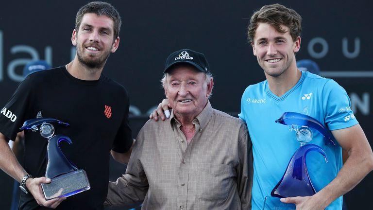 Il grande Rod Laffer di tutti i tempi ha consegnato il trofeo a Casper Rudd dopo aver sconfitto il britannico Cameron Norrie nella finale di San Diego.