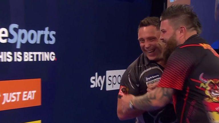 Jeroen Price verslaat Michael Smith in een straight set om door te gaan naar de laatste 16 van de World Grand Slam Championships.